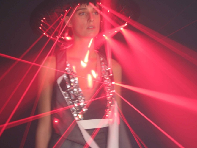 Hussein Chalayan, Laser Dress uit Readings collectie, lente/zomer 2008. Collectie Museum Boijmans Van Beuningen. Bruikleen: Han Nefkens H+F Fashion on the Edge 2010. Video: Nick Night/SHOWstudio. Foto: Nick Knight. Courtesy of Hussein Chalayan.