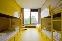 Hostelkamer geel