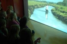 Kinderen van OBS De Driehoek kijken naar kunstwerk Joost Mellink - foto Simone Vos