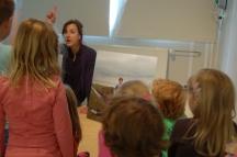 Sofie Boon met kinderen van OBS De Driehoek - foto Simone Vos